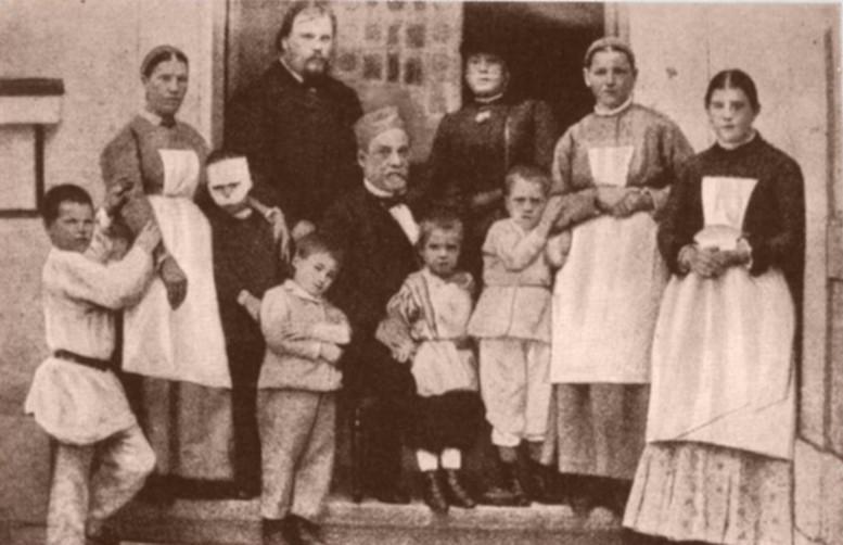 Pasteur y Méchnikov con varios niños curados de la rabia.
