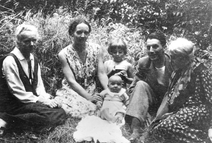 Marie Curie, Irène Joliot-Curie, Pierre Joliot (el bebé), Hélène Langevin-Joliot, Frédéric Joliot-Curie y su madre Emilie
